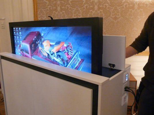 Verzekeringsmaatschappy scherm in maatwerk kast met lift